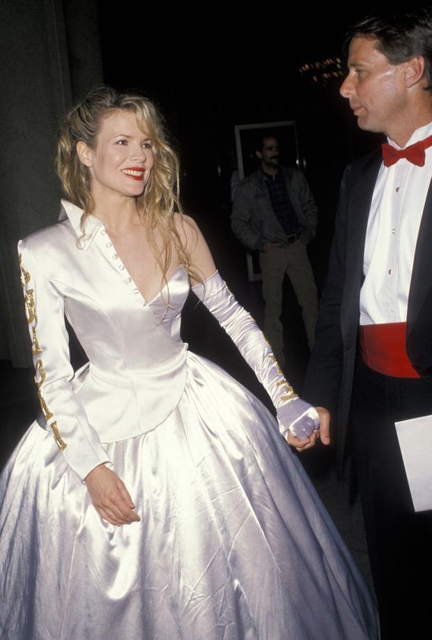 Kim Basinger nổi bật trong đêm trao giải khi diện chiếc đầm dạ hội satin bất đối xứng màu trắng. Chiếc váy không đụng hàng làm nên tên tuổi này do chính tay cô thiết kế.