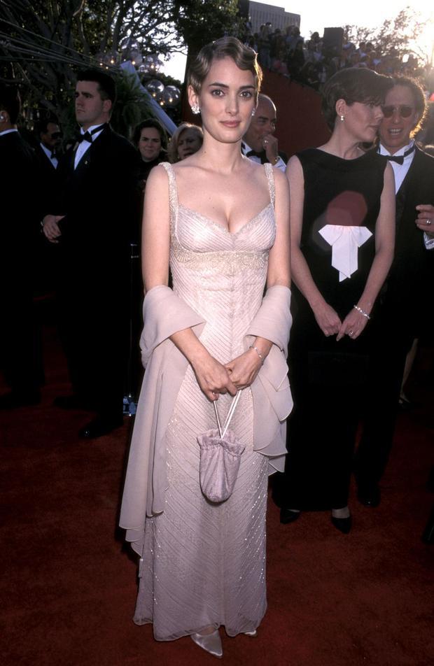 Winona Ryder đã kéo hết sự chú ý về mình khi diện chiếc đầm theo phong cách vintage quyến rũ. Chiếc đầm trắng được xẻ ngực táo bạo và đính cườm theo đường ren của thân áo. Chiếc khăn choàng tăng thêm sang trọng và thanh lịch quyến rũ kết hợp với mái tóc đánh sóng retro khiến cô tỏa ra thần thái như một nữ hoàng.