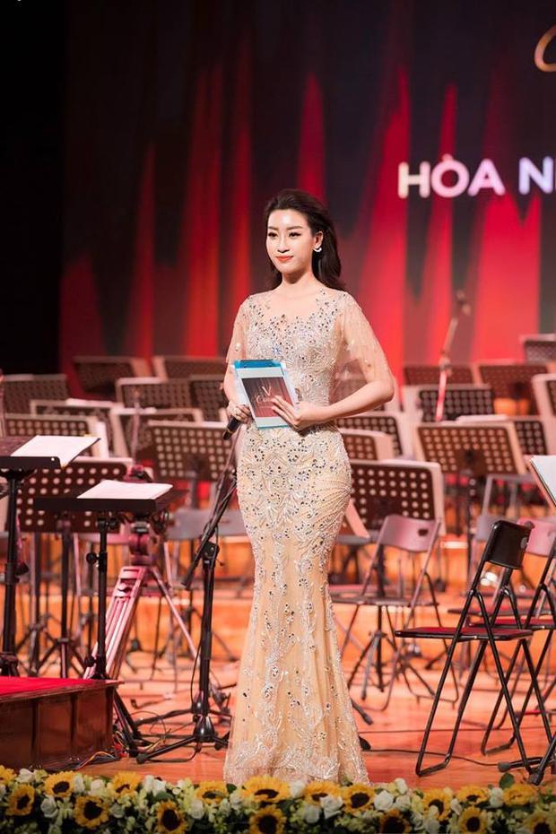 Hoa hậu Việt Nam 2016 cũng là mỹ nhân nghiện váy áo xuyên thấu nhất nhì Vbiz.Nàng hậu dường như có niềm say mê quá đỗi với những chiếc đầm xuyên thấu, khi mà ở các sự kiện lớn nhỏ, công chúng đều thấy cô diện kiểu đầm này.