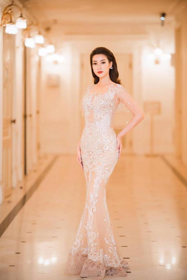Với vóc dáng thanh mảnh và vẻ đẹp thánh thiện của Đỗ Mỹ Linh thì chỉ có váy áo xuyên thấu mới là vũ khí lợi hại giúp cô phát huy thế mạnh của mình.