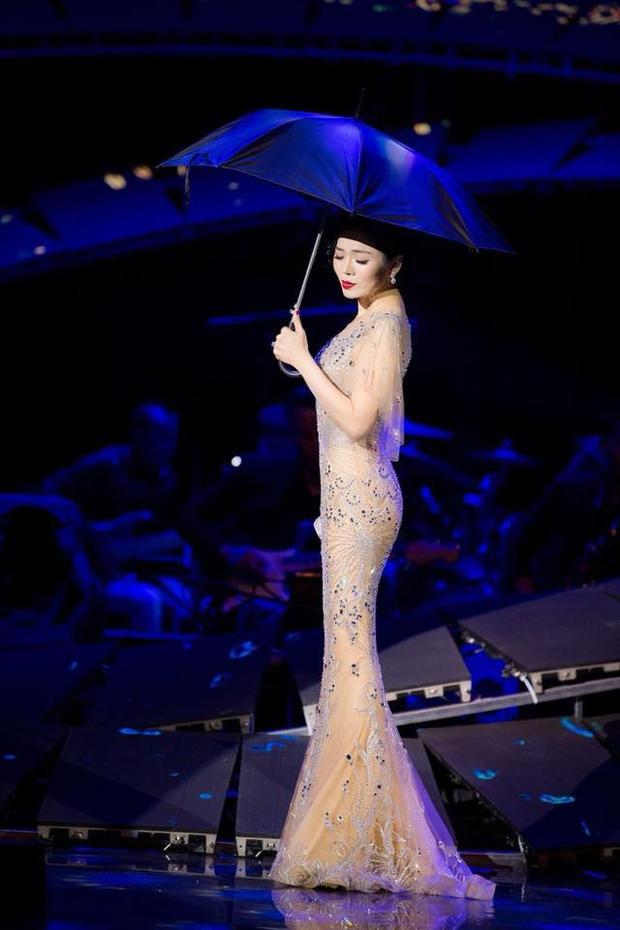 """Có lẽ, ngoài danh xưng """"Nữ hoàng phòng trà"""" thì giọng ca """"Tình lỡ"""" còn xứng đáng được phong tặng thêm danh hiệu """"Nữ hoàng đầm xuyên thấu"""" của Vbiz. Bởi khán giả đã quá quen thuộc với hình ảnh Lệ Quyên lộng lẫy trên sân khấu với váy áo mỏng tang, mờ ảo như sương. Người đẹp dòng nhạc trữ tình có cả một bộ sưu tập đồ với rất nhiều mẫuváy trong suốt đủ màu sắc."""