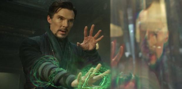 Doctor Strange dùng viên Đá Thời Gian để mở ra các chiều không gian song song