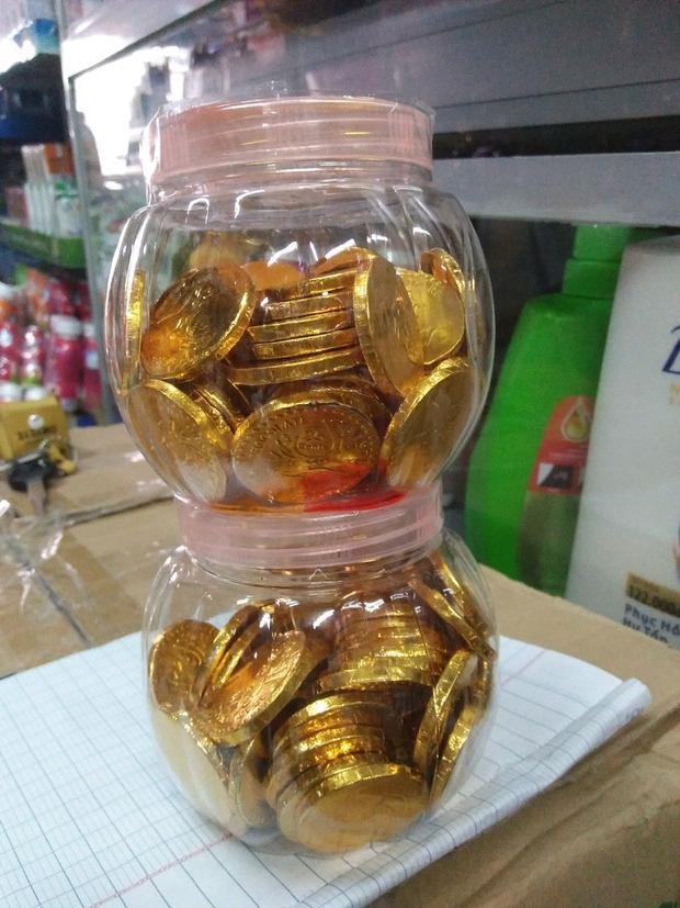 Hẳn 2 hộp đồng xu vàng.