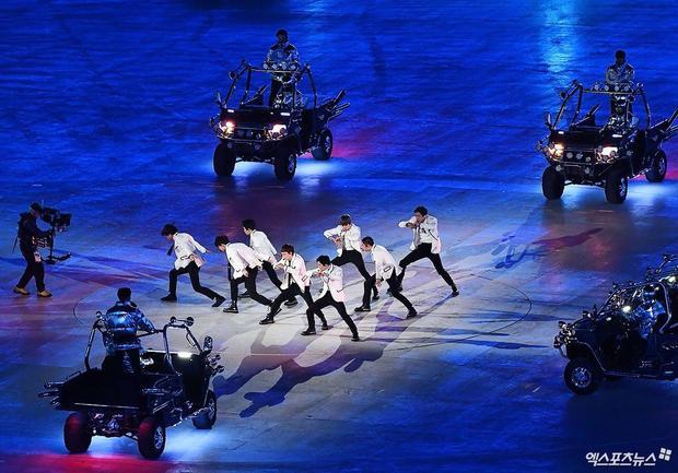Chùm ảnh sân khấu lịch sử của EXO tại bế mạc Olympic: Có thể vi diệu thế này sao!
