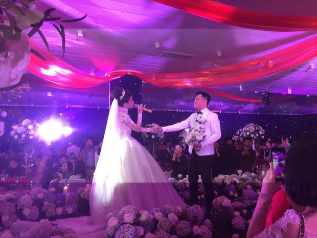 Vợ chồng Huyền Dung song ca tại buổi lễ.