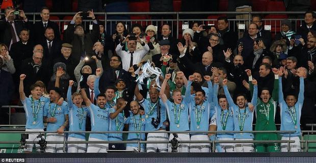 Man City ăn mừng danh hiệu đầu tiên ở mùa giải này.