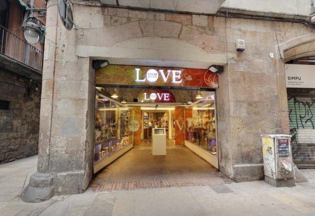 """Love Stop là một cửa hàng chuyên cung cấp """"thiết bị khiêu dâm"""" khá khác biệt."""
