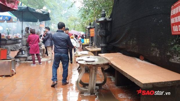 Cảnh vương vãi muối, gạo nhếch nhác ở sân chùa.