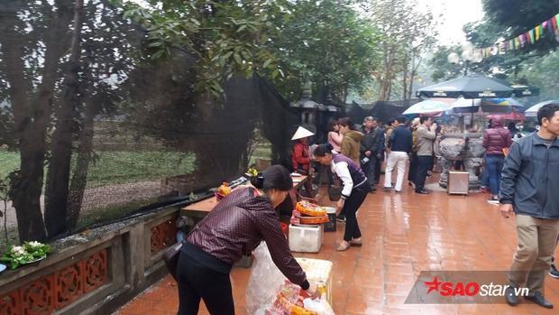 Đền Và (thị xã Sơn Tây, Hà Nội) đón nhiều du khách đến dâng hương, lễ phật.