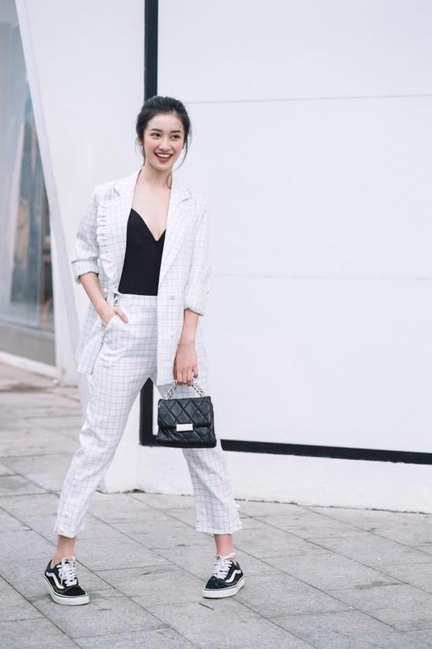 Có lẽ kinh nghiệm từ việc làm mẫu ảnh cho các nhãn hàng thời trang cũng phần nào giúp cô nàng có nhiều kiến thức về thời trang để áp dụng cho chính bản thân mình.