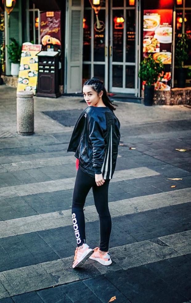 Mix nhẹ đồ thể thao cùng áo khoác da, Jun Vũ khéo léo tạo nên một phong cách vừa trẻ trung lại rất cá tính.