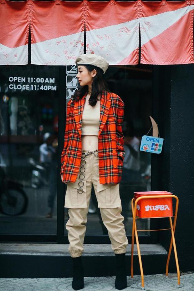 Cô thường chọn phong cách trẻ trung, năng động mỗi khi xuống phố.