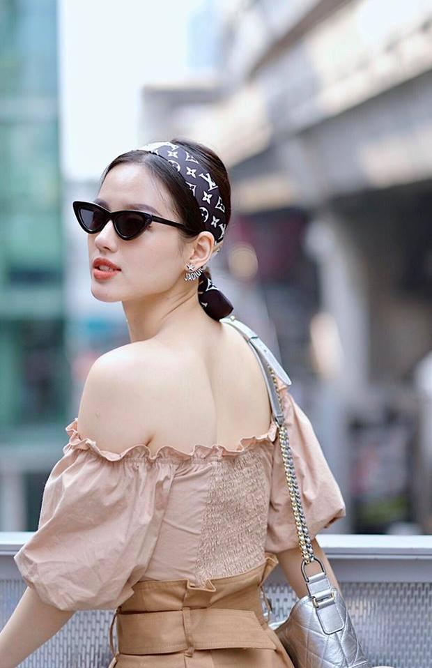 Vốn rất tự hào với làn da mộc đẹp không tì vết, trong các bức ảnh đời thường, hiếm khi thấy Khánh Linh trang điểm đậm. Cô chỉ cần tô thêm chút son màu nhạt là đã rất xinh đẹp rồi.