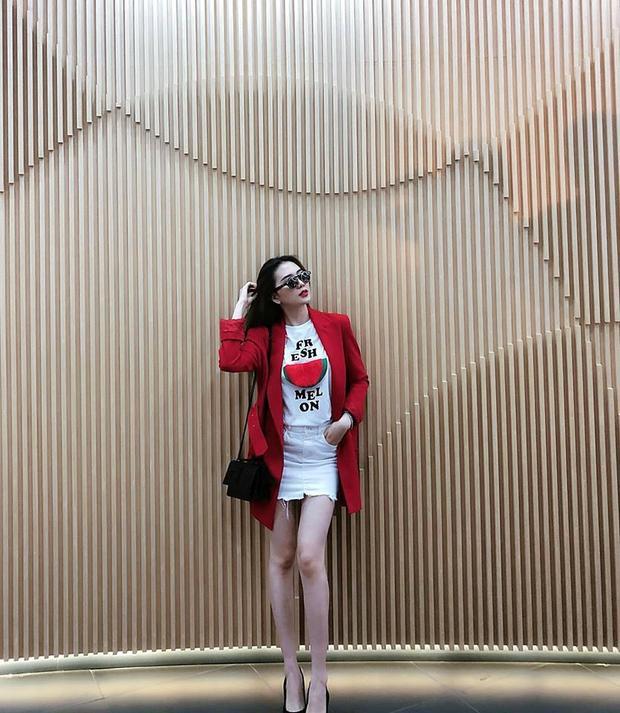 Thiều Bảo Trang vẫn cá tính như thường lệ, cô ca sĩ chân dài chọn màu son đỏ rực matchy với outfit mình đang mặc.