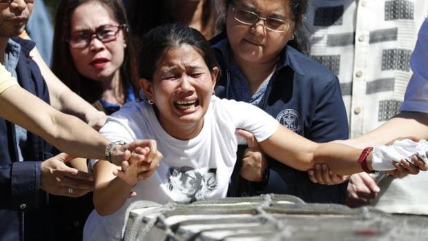 Chị gái của Joanna khóc ngất đi bên cạnh quan tài của em gái mình.