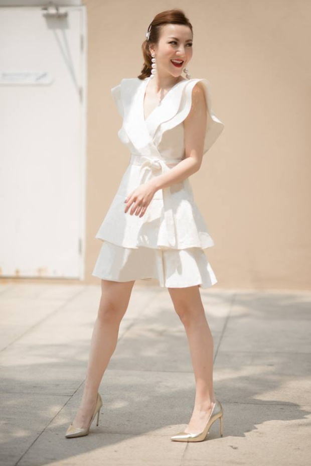 Và cô em Yến Nhi thì vẫn chuộng váy xếp bèo hơn cả.