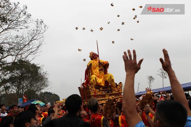 Chúa tung tiền lộc ban thưởng cho nhân dân trong ngày lễ hội của làng.Ảnh: Thế Việt.