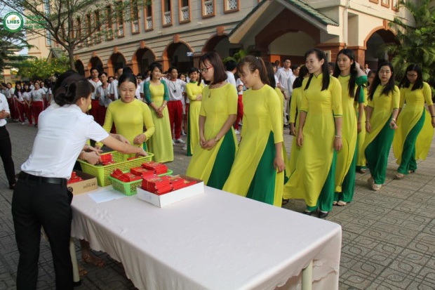 Trường Song ngữ Lạc Hồng (Đồng Nai), thầy hiệu trưởng cũng mừng tuổi mỗi sinh viên 20 nghìn.