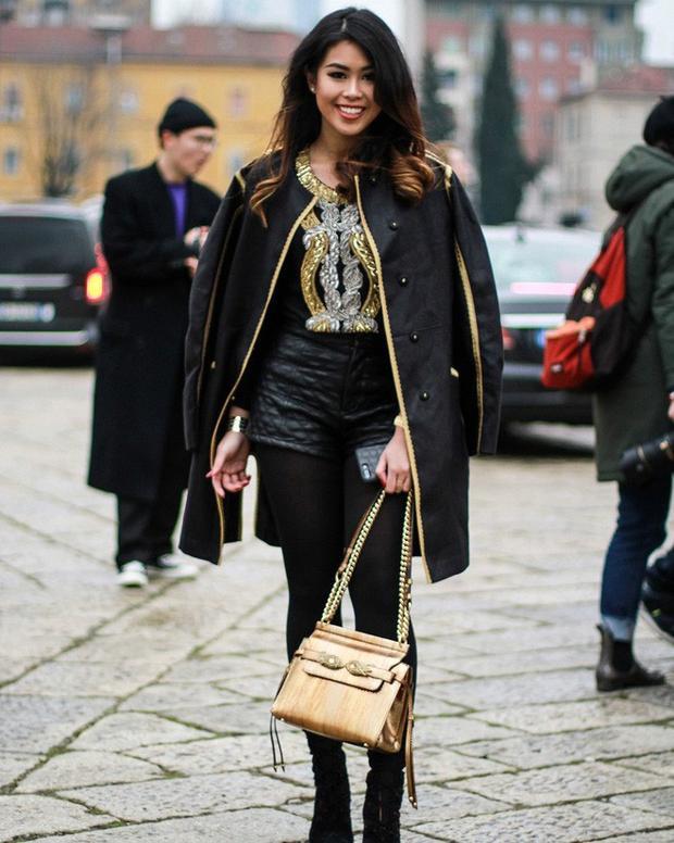 Tất cả những chi tiết trên áo đến túi xách đều có sự giống nhau về màu sắc, đem đến tổng thể hài hòa.
