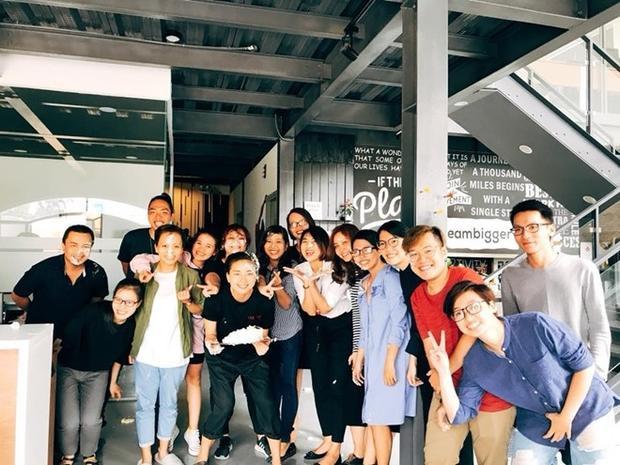 Ngô Thanh Vân hạnh phúc đón tuổi mới bên ekip công ty.