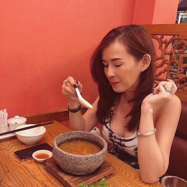 """Mẹ nữ diễn viên sở hữu vóc dáng quyến rũ như """"gái đôi mươi"""", chẳng trách chị em Phương Trinh - Phương Trang lúc nào cũng được người hâm mộ xuýt xoa khen ngợi."""