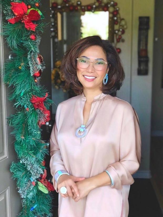 Mẹ nhà thiết kế có vẻ ngoài xinh đẹp cùng gu ăn mặc thời thượng, bà luôn toát lên thần thái sang trọng trong mỗi khi xuất hiện.