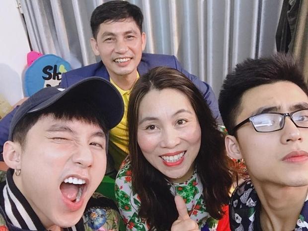 Trong bức ảnh gia đình của Sơn Tùng, có thể thấy bố mẹ nam ca sĩ tuy đã có tuổi nhưng những đường nét trên gương mặt vẫn còn hài hòa và sắc sảo.