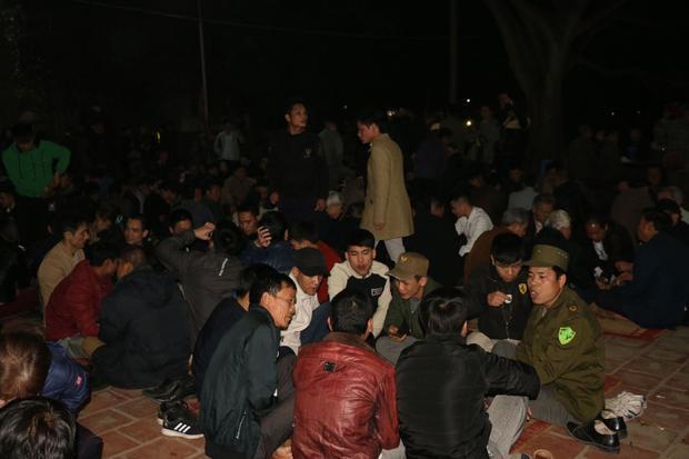 Kết thúc lễ hội Trò Trám, người dân ngồi thụ lộc trước khuôn viên miếu