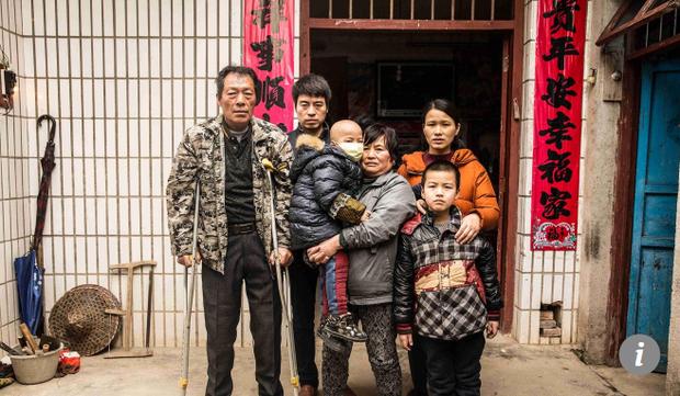 Gia đình của cậu bé Li.