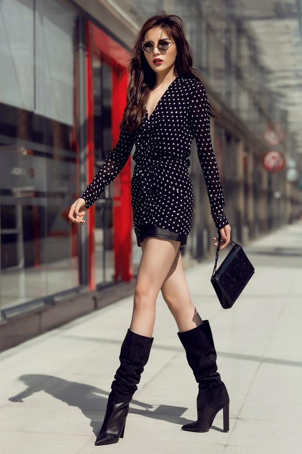 Kỳ Duyên diện váy chấm bi bèo nhún của thương hiệu đến từ nước Pháp Saint Laurent kết hợp cùng túi xách và boot cùng thương hiệu. Với đôi chân thon dài cùng thần thái đầy khí chất, Hoa hậu 22 tuổi vô cùng nổi bật.