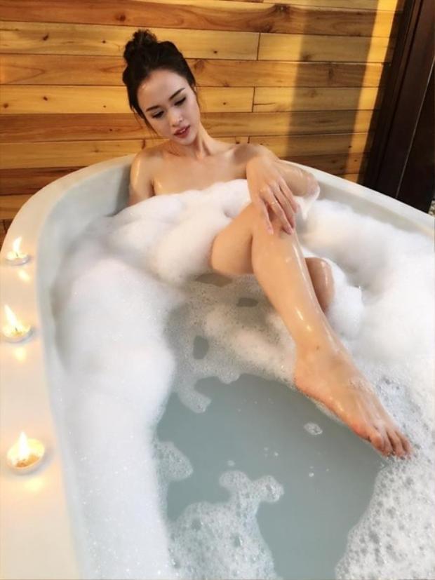 """Vũ Ngọc Anh """"đốt mắt"""" người đối diện với hình ảnh khoả thân trong bồn tắm. Cô được xem là một trong những mỹ nhân sexy nhất showbiz Việt khi luôn xuất hiện với hình ảnh vô cùng quyến rũ."""