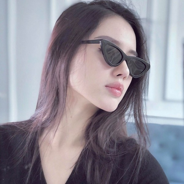"""Khánh Linh The Face chỉ """"chuyện trị"""" thời trang váy vóc điệu đà nhưng cũng đã tậu một chiếc kính mắt mèo vì quá yêu thích."""