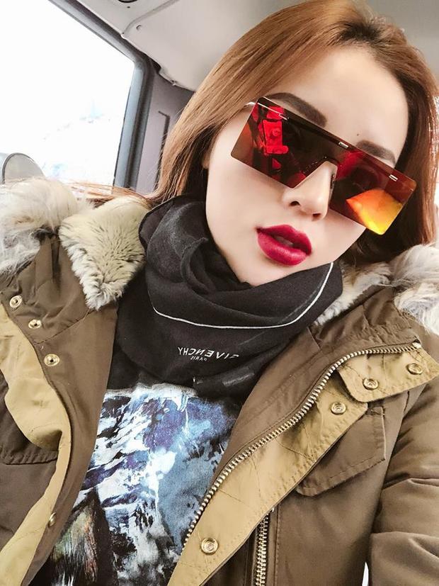 Duyên khoe cận cảnh chiếc kính Dior mà mình rất yêu thích với khăn quàng cổ cá tính và áo parka.
