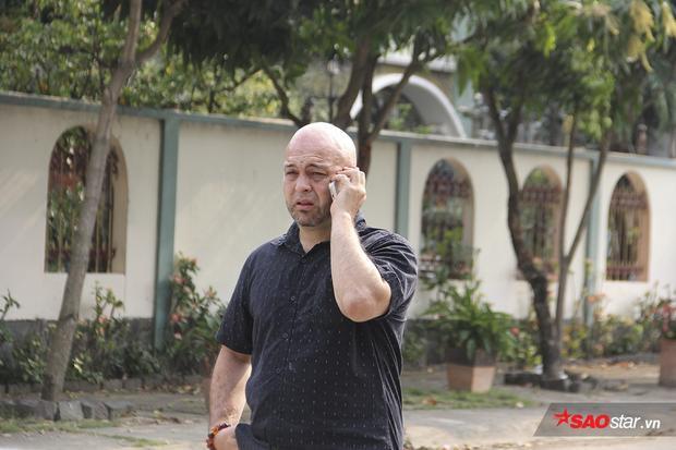 Trước khi ra về, ông Flores đã cố gắng liên lạc với Johnny Trí Nguyễn một lần nữa nhưng vẫn không ai bắt máy. Ông cho biết mình có thể về nước trong vài ngày tới.