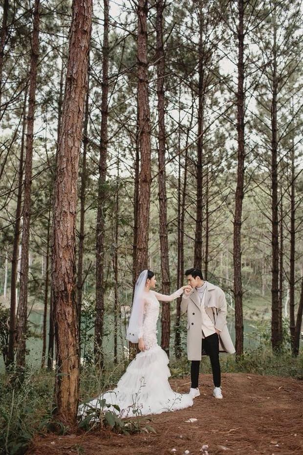 Loạt ảnh cưới lãng mạn vừa công bố của cặp đôi cũng nhận được sự yêu mến của người hâm mộ.