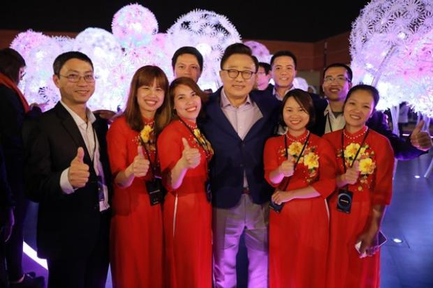 Ông DJ Koh, Chủ tịch và là người đứng đầu Ngành hàng CNTT & Truyền Thông Di Động tại Công ty Điện tử Samsung, chụp ảnh kỉ niệm cũng các nhân viên xuất sắc các nhà máy SEV và SEVT.