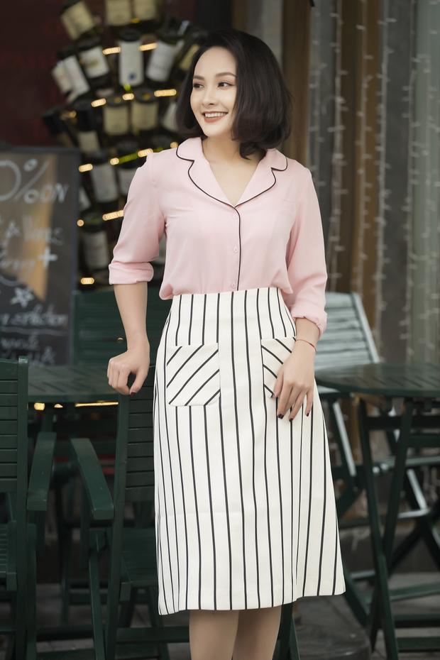 """Chất liệu vải dày được diễn viên ưu tiên trong tiết trời lạnh buốt của Hà Nội những ngày xuân. Phong cách thời trang mà nàng dâu trong """"Sống chung với mẹ chồng"""" thường là nữ tính, nhẹ nhàng nhằm tôn nét dịu dàng."""