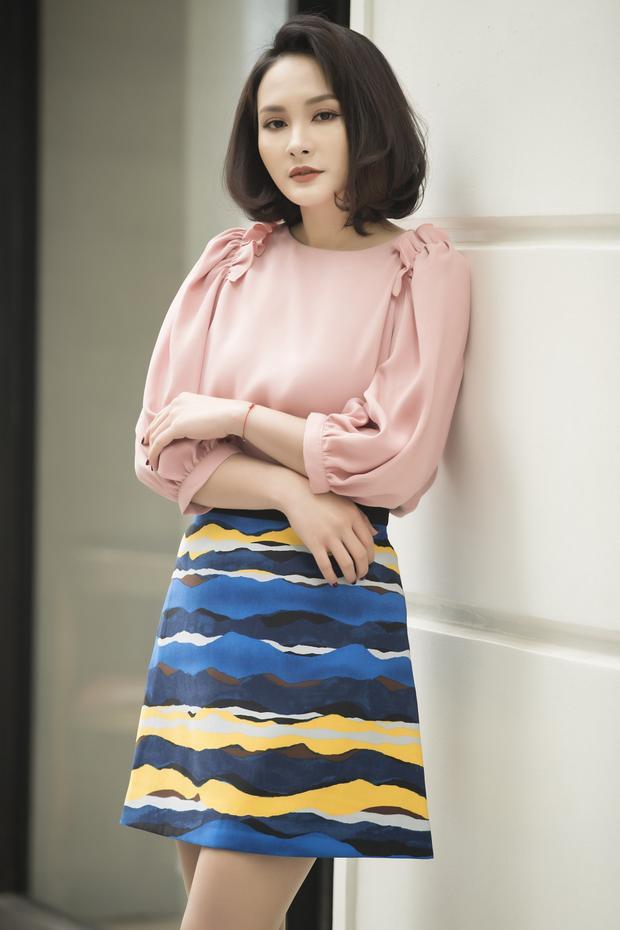 Chân váy mini họa tiết độc đáo giúp nữ diễn viên khoe vẻ đẹp trẻ trung của mình.