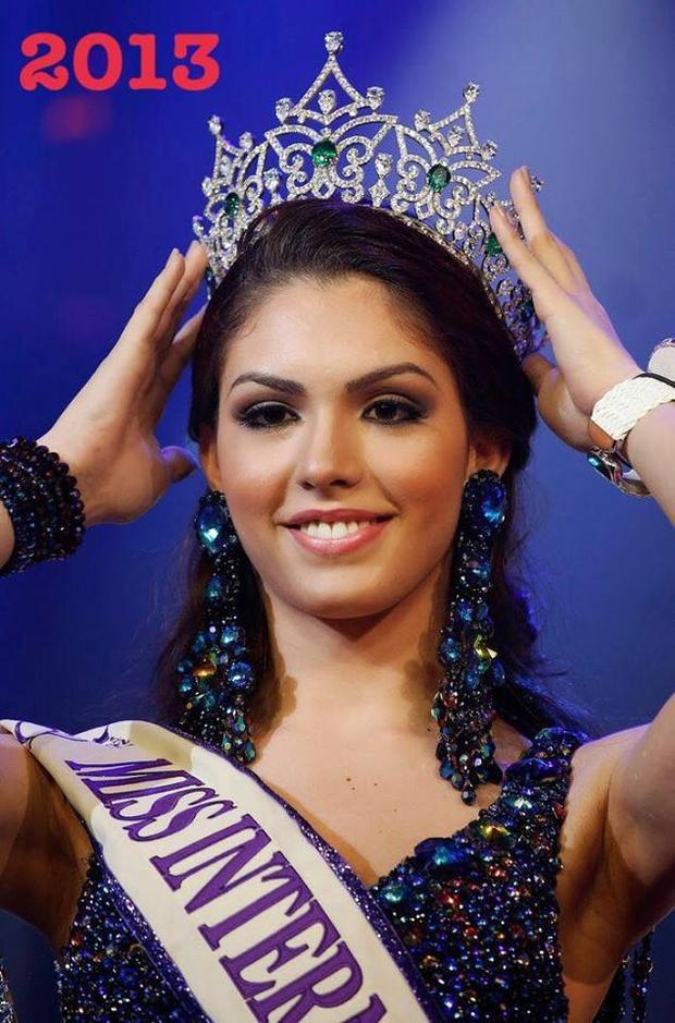 Sở hữu nhan sắc mặn mà, ra dáng thiếu nữ ở lứa tuổi 17, đại diện Brazil - Marcela Ohio là Hoa hậu nhỏ tuổi nhất chiến thắng tại Miss International Queen vào năm 2013.