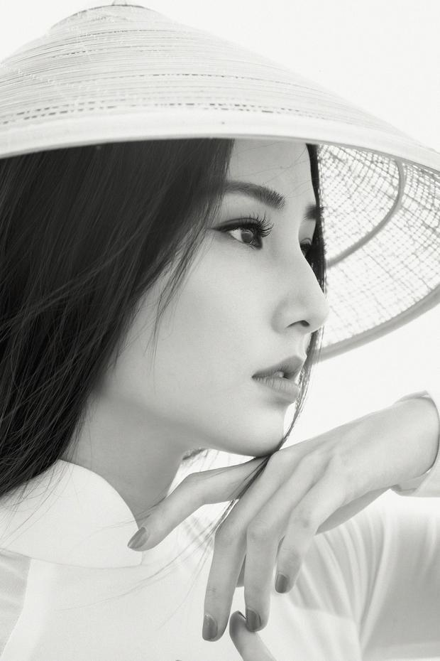 Ánh mắt, khuôn miệng của nữ diễn viên cũng cử động nhẹ nhàng, thuần khiết.