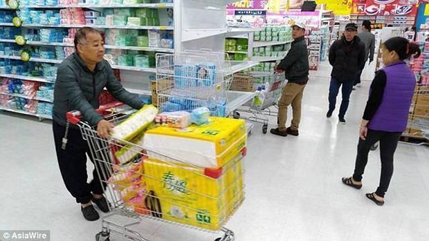 Hiện tại, người Đài Loan thường chi trả 130 ngàn đồng cho túi 12 cuộn giấy vệ sinh. Nếu giá tăng theo dự tính, họ sẽ phải trả tới 180 ngàn đồng. Ảnh Dailymail