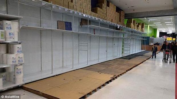 Các kệ hàng giấy vệ sinh hoàn toàn trống trơn. Ảnh Dailymail