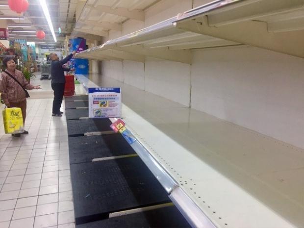 """Nhiều người nói đùa rằng đây là thảm họa """"ngày tận thế giấy vệ sinh"""". Ảnh CNA"""
