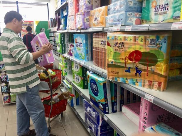 Người dân mua giấy vệ sinh vì lo ngại tăng giá và sợ mặt hàng này sẽ cạn kiệt trong tương lai. Ảnh: CNA