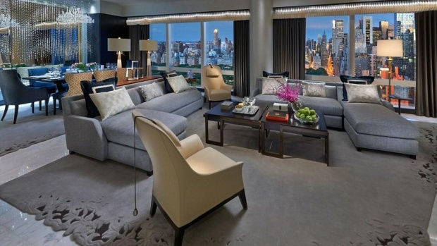 Trong căn hộ Suite 5000 tại tầng 50 của khách sạn, du khách sẽ được trải nghiệm các tiện nghi bậc nhất, trong đó có tủ quần áo gồm bộ sưu tập mới nhất của hãng thời trang danh tiếng Christian Dior. Các nhà tạo mẫu cá nhân, thợ may cũng như thợ trang điểm của hãng Dior luôn sẵn sàng giúp đỡ bạn có được diện mạo tuyệt vời nhất. Phòng tắm được lát hoàn toàn bằng đã cẩm thạch và thắp sáng bằng đèn chùm tinh thể Swarovski. Khách hàng có thể thư giãn khi ngâm mình trong bồn tắm được thế kế phong cách Art Deco tự do. Gi á mỗi đêm trải nghiệm ở khách sạn này là 20.000 bảng Anh.