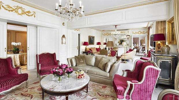 Đây là một sự lựa chọn tuyệt vời khi đặt chân đến thủ đô hoa lệ Paris. Khách sạn Plaza Athenee có view nhìn trực tiếp ra tháp Eiffel. Với diện tích gần 500m2, căn hộ Royal Suite thuộc khách sạn Plaza Athenee là phòng khách sạn lớn nhất tại Paris. Nó bao gồm 2 phòng tắm, 2 phòng khách, một văn phòng, một bếp và tất cả đều được trang trí bằng nội thất từ thời Louis XV và Louis XVI. Vấn đề an ninh được khách sạn đề cao nên các phòng đều có khóa vân tay. Các phòng tắm được được lát bằng đá cẩm thạch của Italy và trang bị đồ dùng vệ sinh cá nhân của Guerlain. Ngoài ra, khách sạn còn có phòng xông hơi và bể sục. Để không làm hỏng sự sang trọng cổ điển của Paris, TV màn hình phẳng được thiết kế ẩn bên trong gương. Để được ngắm nhìn Paris tráng lệ từ khách sạn Plaza Athenee, bạn cần phải trả 17.860 bảng Anh mỗi đêm.