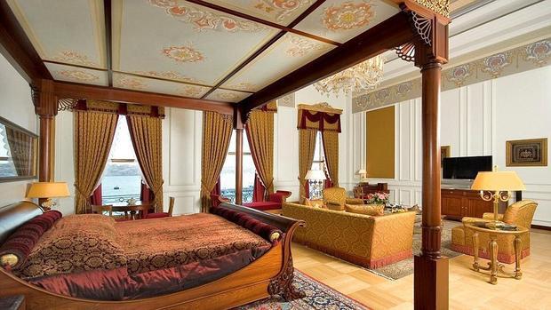 Với 25.000 bảng Anh cho một đêm, bạn có thể được tận hưởng cảm giác sống trong cung điện nguy nga lộng lẫy. Đây là từng Cung điện Hoàng gia Ottoman trước khi trở thành khách sạn. Căn phòng tốt nhất trong khách sạn là Sultan Suite rộng 458m2 được trang trí toàn bộ bằng đồ cổ từ thế kỉ 19 và vàng ròng và tinh thể lấp lánh. Trong phòng tắm chính, vòi nước được mạ vàng và các bức tường được lót bằng ba loại đá cẩm thạch từ các vùng khác nhau của Thổ Nhĩ Kỳ