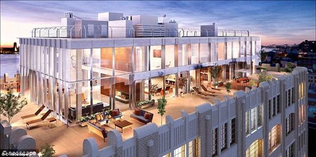 Nằm trên tầng thứ 52 của khách sạn Four Season, căn hộ cao cấp Ty Warner Penthouse Suite có diện tích 400m2 và là phòng khách sạn cao nhất tại New York. Được đặt tên theo tỷ phú Ty Warner, chủ sở hữu của tập đoàn Four Season Hotel Group, công ty Duplex đã mất 7 năm và 35 triệu bảng Anh để xây dựng căn hộ cao cấp Ty Warner Penthouse Suite. Căn hộ có ban công cho phép du khách có thể nhìn bao quát 360 độ quanh Manhattan. Đặc biệt, phòng tắm chính bao gồm một TV mặt kính, bồn cầu tỏa nhiệt và hai bồn rửa được làm bằng một khối tinh thể. TV được điều chỉnh để nhận được tất cả các đài truyền hình toàn cầu và tất cả các cuộc gọi quốc tế đều được miễn phí. Giá một đêm tại Ty Warner Penthouse Suite là 35.000 bảng Anh.