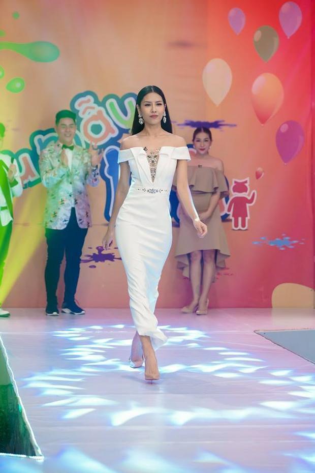 """Vốn là một người đẹp có thân hình """"vạn người mê"""", Nguyễn Thị Loan luôn tận dụng những lợi thế đó trong từng thiết kế. Trong hình cô chọn một thiết kế có kiểu dáng khá đơn giản, song lại được nhấn nhá ở phần vai và ngực giúp tổng thể nổi bật, hài hòa."""