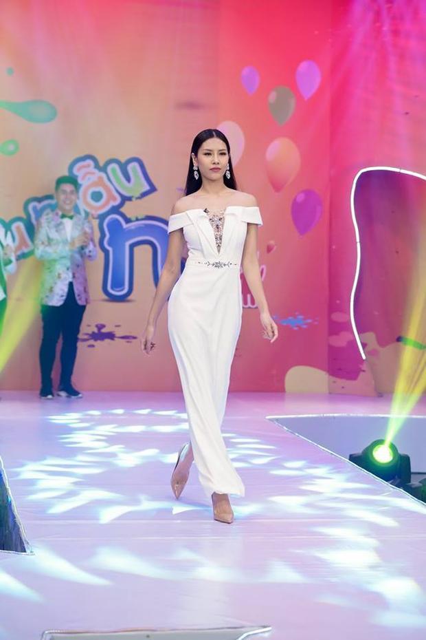Ngoài ra thiết kế có tông màu trắng nhẹ nhàng càng tôn làn da nâu của chân dài quê Thái Bình. Ngoài hình thể cô còn được đánh giá có những bước catwalk chuyên nghiệp.